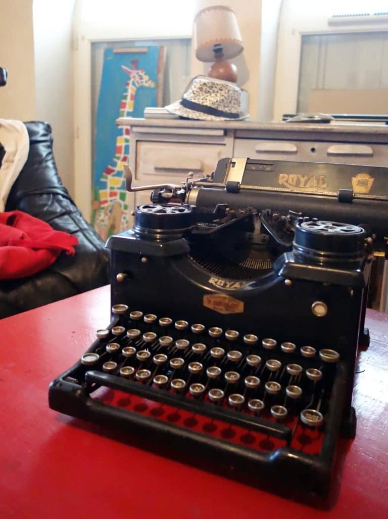 Machine à écrire avec la girafe dans le fond